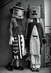 sophie-y-erika-taeuber-vestidas-con-trajes-dada-1922