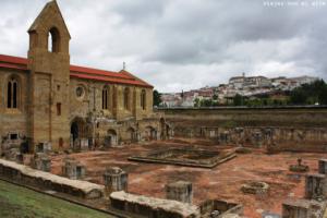 Santa Clara La Velha y al fondo Coimbra y su universidad